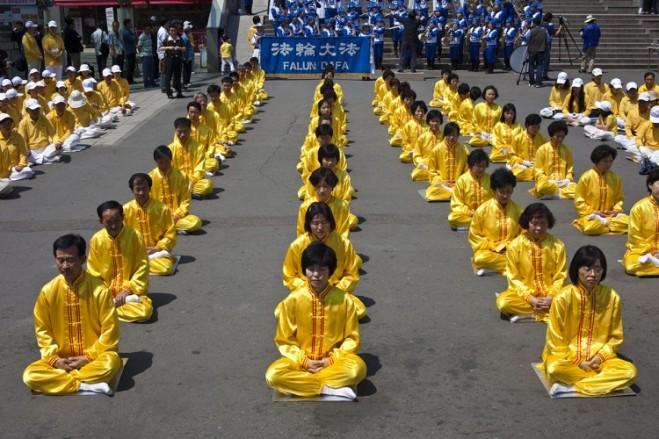 יום הפאלון גונג בדרום קוריאה. בסין כבר אסור להשתייך לכת/דת המסוימת הזו. מקור: ג'ארוד הול, The Epoch Times.