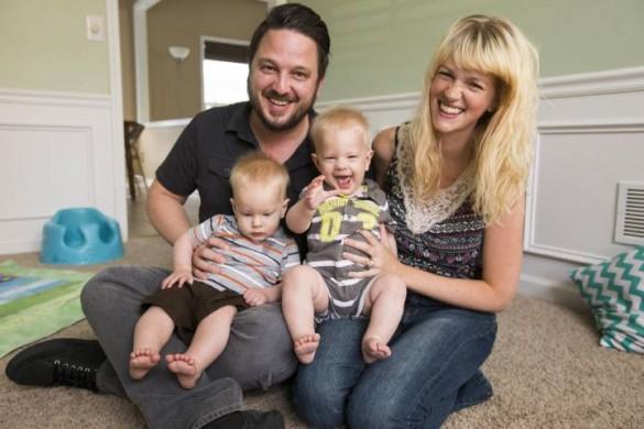 מליסה ומארק קנוטוויץ, עם שני ילדיהם. אחד מהילדים לקה בדימומים מוחיים כתוצאה מחוסר בוויטמין K, לאחר שההורים החליטו שלא לאשר מתן זריקה לפעוט. מקור: בית החולים ונדרבילט