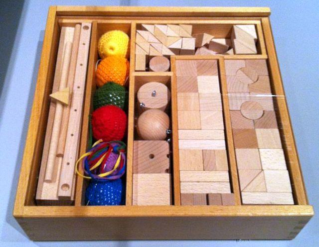 """""""המתנות של פרובל"""" - צעצועים מהפכניים (במלוא מובן המילה) מהמאה ה- 19, שקיימים כיום בכל גן. מקור"""