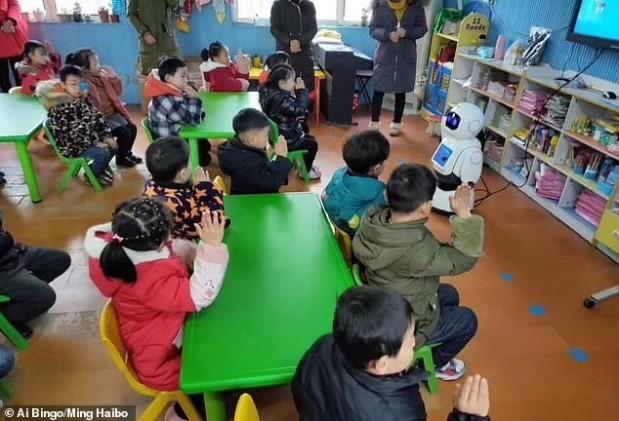 בסין, רובוטים מתחילים ללמד בבתי הספרובגנים